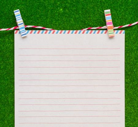 papier a lettre: Papier à lettre avec des clips colorés sur fond vert