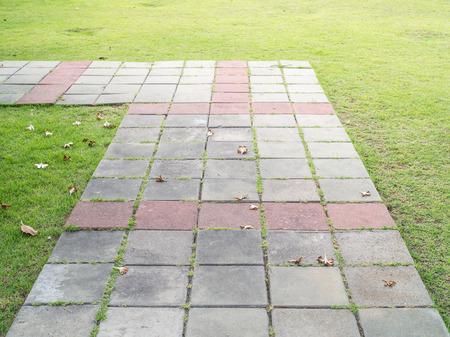 piso piedra: Camino a pie de bloque en el parque