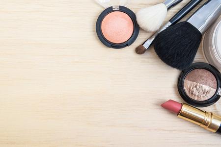 productos de belleza: Cosméticos mujer tono de la tierra (maquillaje) - sombra de ojos, pincel sobre, lápiz de labios, polvo, cepillo. Vista superior con espacio para texto. Foto de archivo