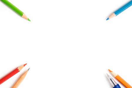 Buntstifte, Kugelschreiber, Bleistift braun an der Ecke des Bildes - art Ausrüstung isoliert auf weißem Hintergrund