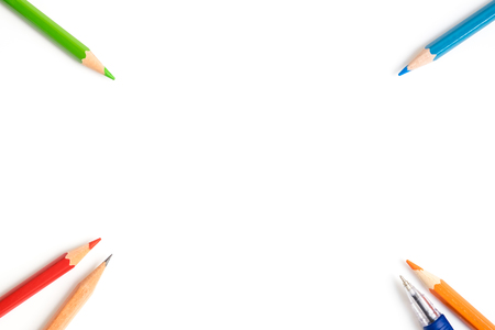 Gekleurde potloden, pen, bruin potlood op de hoek van het beeld - art apparatuur geïsoleerd op een witte achtergrond