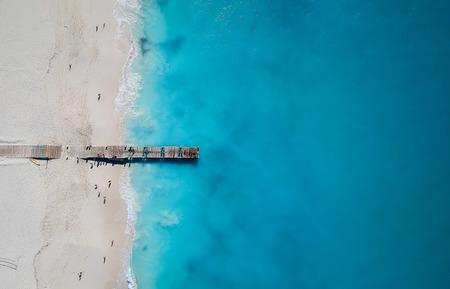 Drone photo de la jetée de Grace Bay, Providenciales, Turks and Caicos. La mer bleue des Caraïbes et les plages de sable blanc peuvent être vues Banque d'images