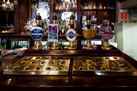 Edinburgh, Scotland - April 27, 2017 : Beer taps inside traditional english pub in Edinburgh, Scotland 新聞圖片