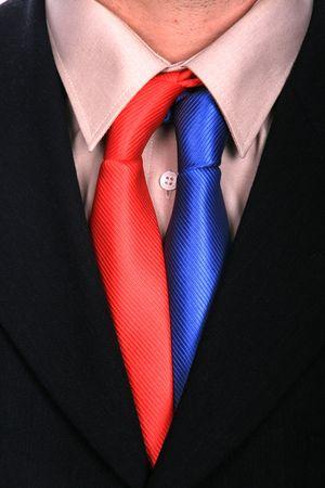 Geschäftsmann mit zwei Krawatten und schwarzen Anzug Standard-Bild - 4673629