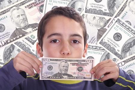 signo de pesos: ni�o con billetes de dolar, negocios Photo Studio