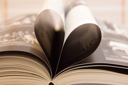 boekpagina's open in de vorm van een hart, met zijn schaduwen