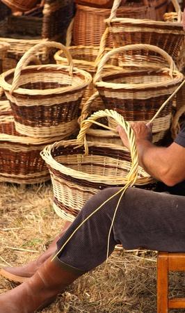 Details van de productie van rieten manden door een man Stockfoto