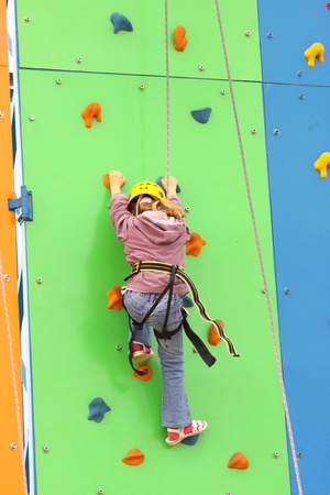Kind klimmen op een klimwand, outdoor
