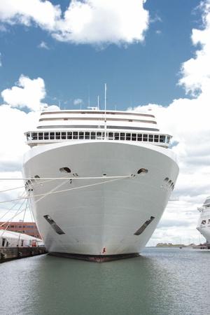 Voorzijde van een cruiseschip aangemeerd in een haven in Noorwegen Stockfoto