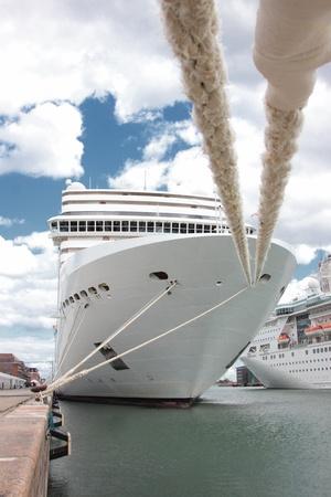 de voorkant van een cruiseschip aangemeerd in een haven in Noorwegen Stockfoto