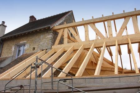 constructie van het houten frame van een dak Stockfoto