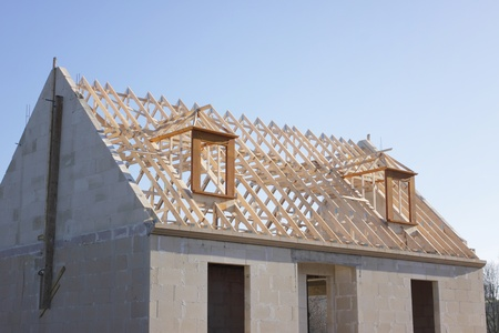 huis in aanbouw aan de dakconstructie van het hout Stockfoto