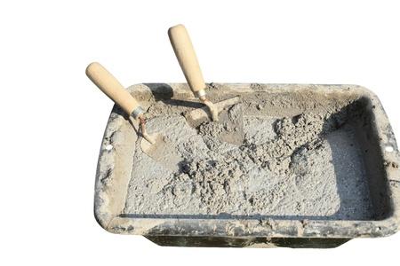 cemento: cemento mortero con llana sobre fondo blanco