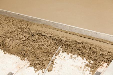 realisatie van een cement dekvloer in een huis Stockfoto