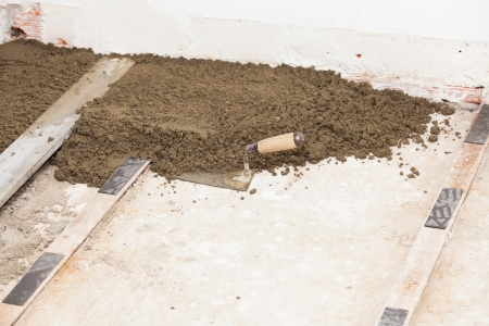 realisation a cement screed in a house photo