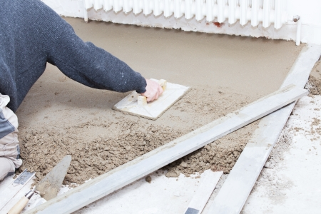 mason smooth the cement screed with trowel Banque d'images