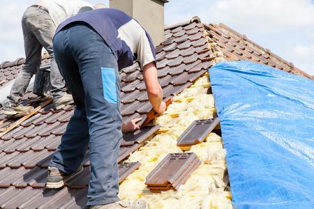 een dakdekker tot tegel op het dak Stockfoto