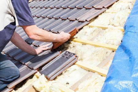 Dachdecker Verlegung von Fliesen auf dem Dach Standard-Bild - 40105414