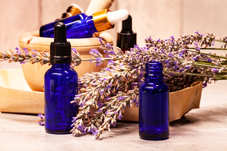 lavender mortar and pestle and bottles of essential oils for aromatherapy 版權商用圖片