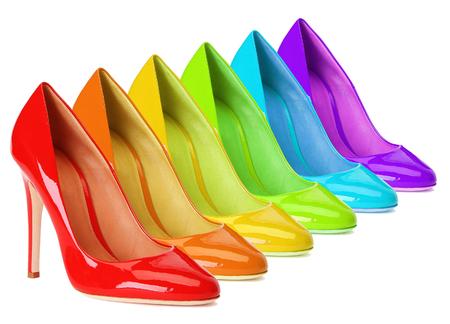 무지개 색의 높은 뒤꿈치 신발.