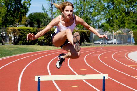 atletisch: Athletic hordenloop meisje op het spoor