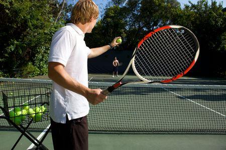 그의 학생을 가르치는 테니스 강사
