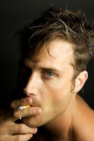 joven fumando: Un joven Edgy sin camisa