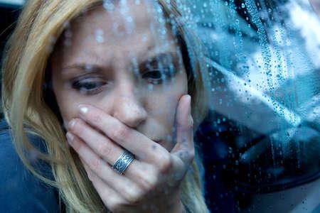 persona deprimida: Infeliz mujer deprimida Foto de archivo