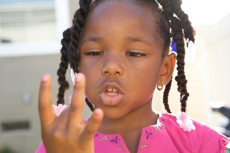 little models: Young Black Girl contando con sus dedos