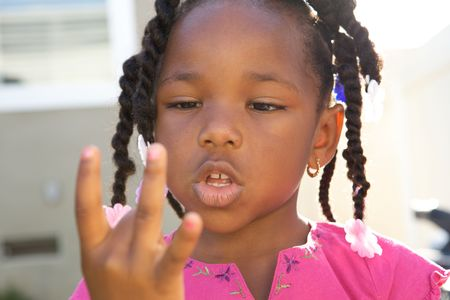 Young Black Girl counting with her fingers 스톡 콘텐츠