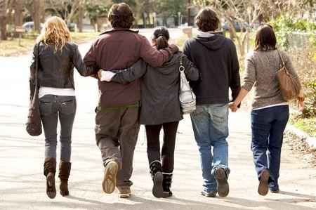 personas caminando: Una familia hermosa celebraci�n de otro caminando lejos de c�mara