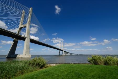 margen: Vasco da Gama, el puente, un disparo desde el margen Foto de archivo