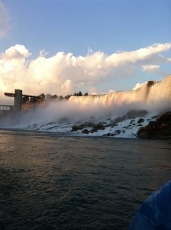 ナイアガラの滝の壮観な表示