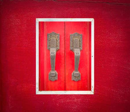 kelet ázsiai kultúra: A vörös fából készült ajtó kínai és kelet-ázsiai kultúra.