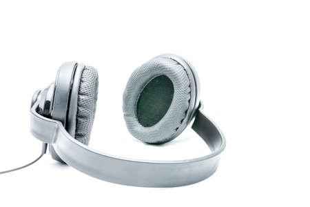 audifonos: Negro par de auriculares en un fondo blanco Foto de archivo