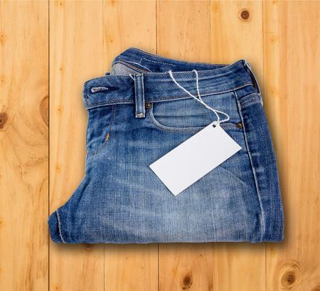in jeans: Close - up etiqueta etiqueta en blanco en pantalones vaqueros