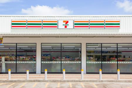 Nakhon Ratchasima, THAILAND - 28. Juli 2016: 7-Eleven, Gemischtwarenladen mit größter Zahl von Verkaufsstellen in Thailand.