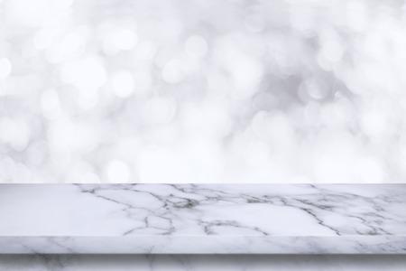 白ボケ背景の空の白大理石のテーブル。表示またはお客様の製品をモンタージュします。