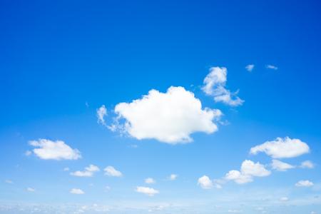 Beaux nuages avec fond naturel de ciel bleu.