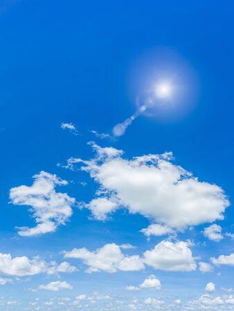 Hermoso cielo azul y nubes de fondo natural.