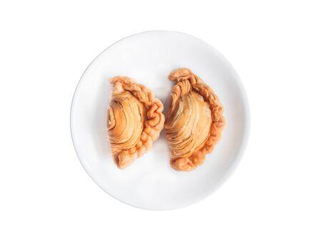 Curry puff on white plate background. Standard-Bild
