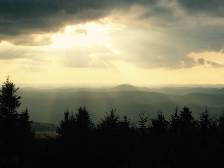 Un mozzafiato snapshot del picco sole anche se le nuvole come imposta sui Monti Appalachi Archivio Fotografico - 31922781
