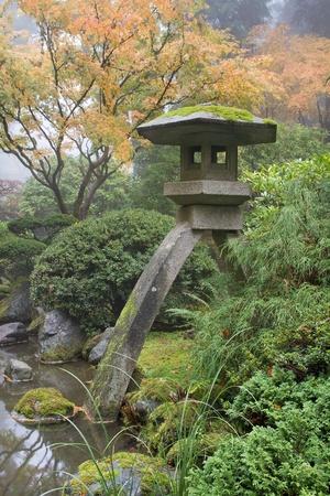 piedras zen: Linterna de piedra junto al estanque en el jardín japonés