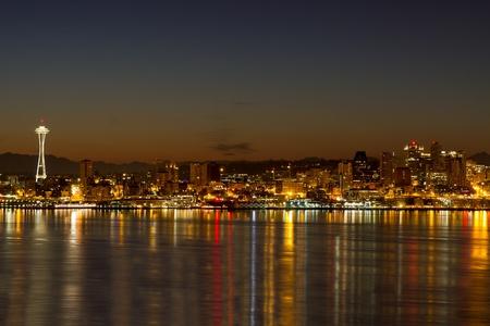 夜明けピュー ジェット サウンドにシアトル ワシントン州市のスカイライン反射 写真素材