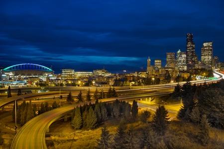seattle: Horizonte del centro de la ciudad de Seattle y senderos de luz de autopista en hora azul