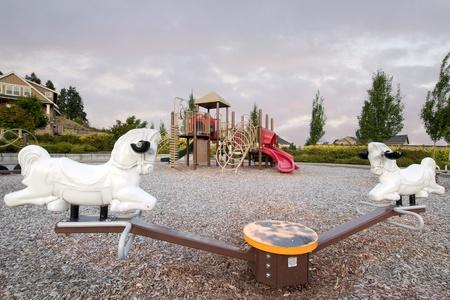 niño abrigado: Niños del barrio el parque público