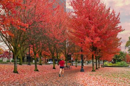 female jogger: Corredora en Portland Oregon Downtown Waterfront Park en el oto�o