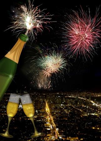 シャンパン トースト ボトルとグラス フルート San Francisco カリフォルニア都市のスカイラインと夜に花火で
