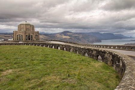 vista: Historic Vista House on Crown Point on Columbia River Gorge in Oregon