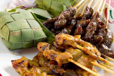 닭고기와 Ketupat 쌀 양고기으로 Satay 꼬치 코코넛 잎에 싸서 스톡 콘텐츠